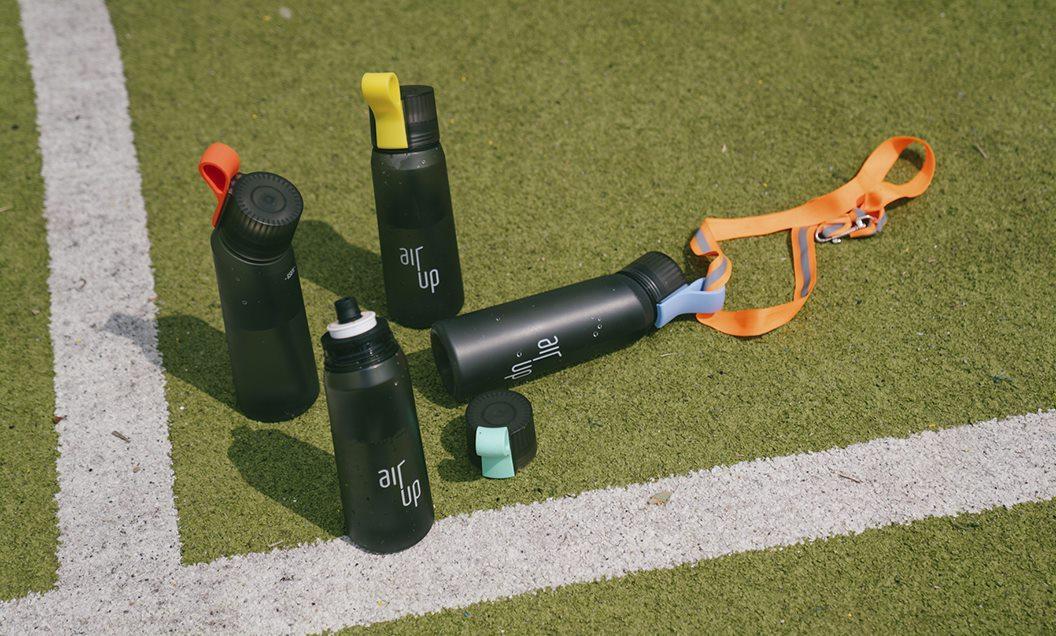 vier air up flaschen auf Fußballrasen