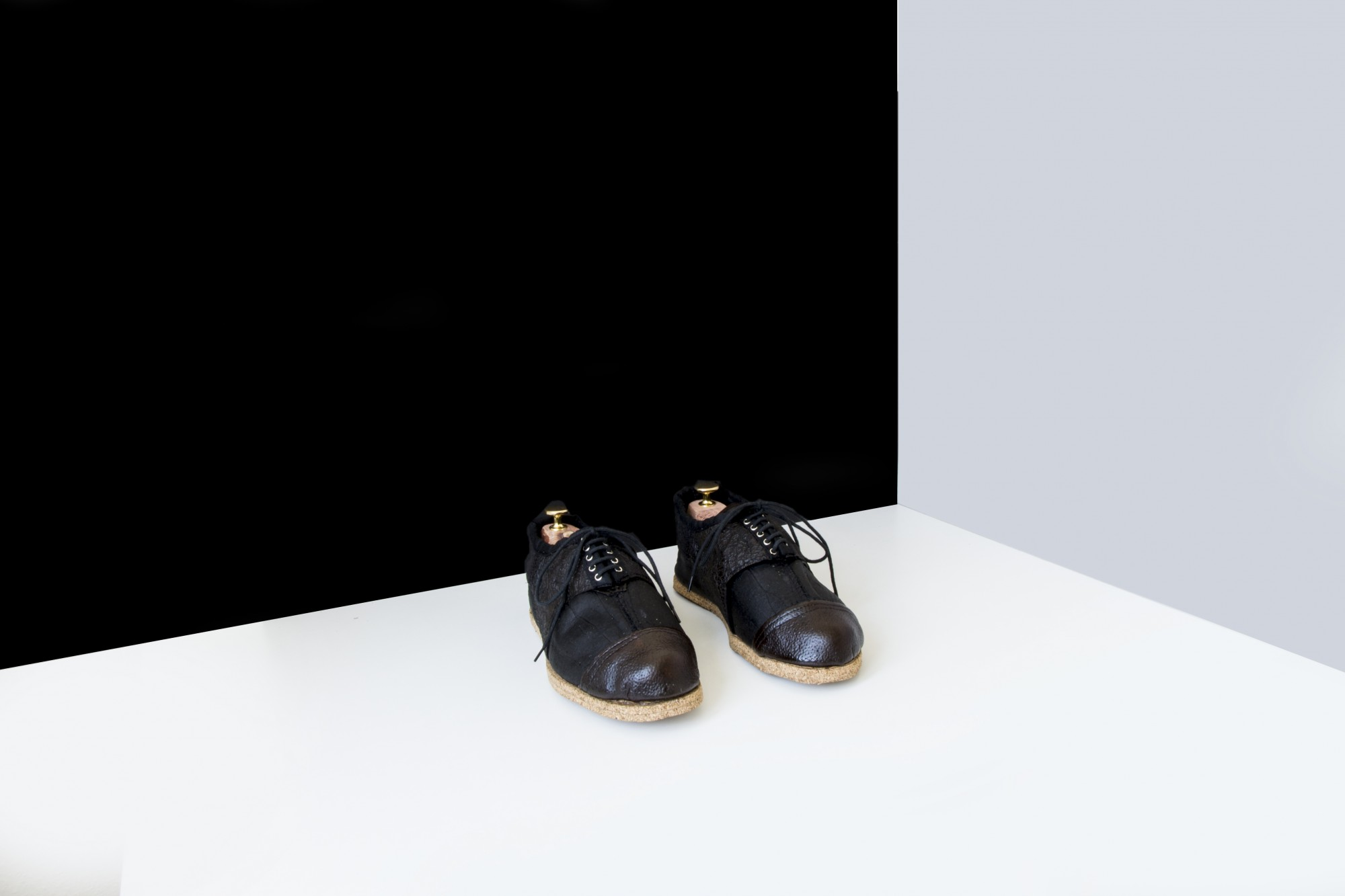 """Ein schwarzes Schuhpaar, das mit """"fruitskin"""" hergestellt wurde."""