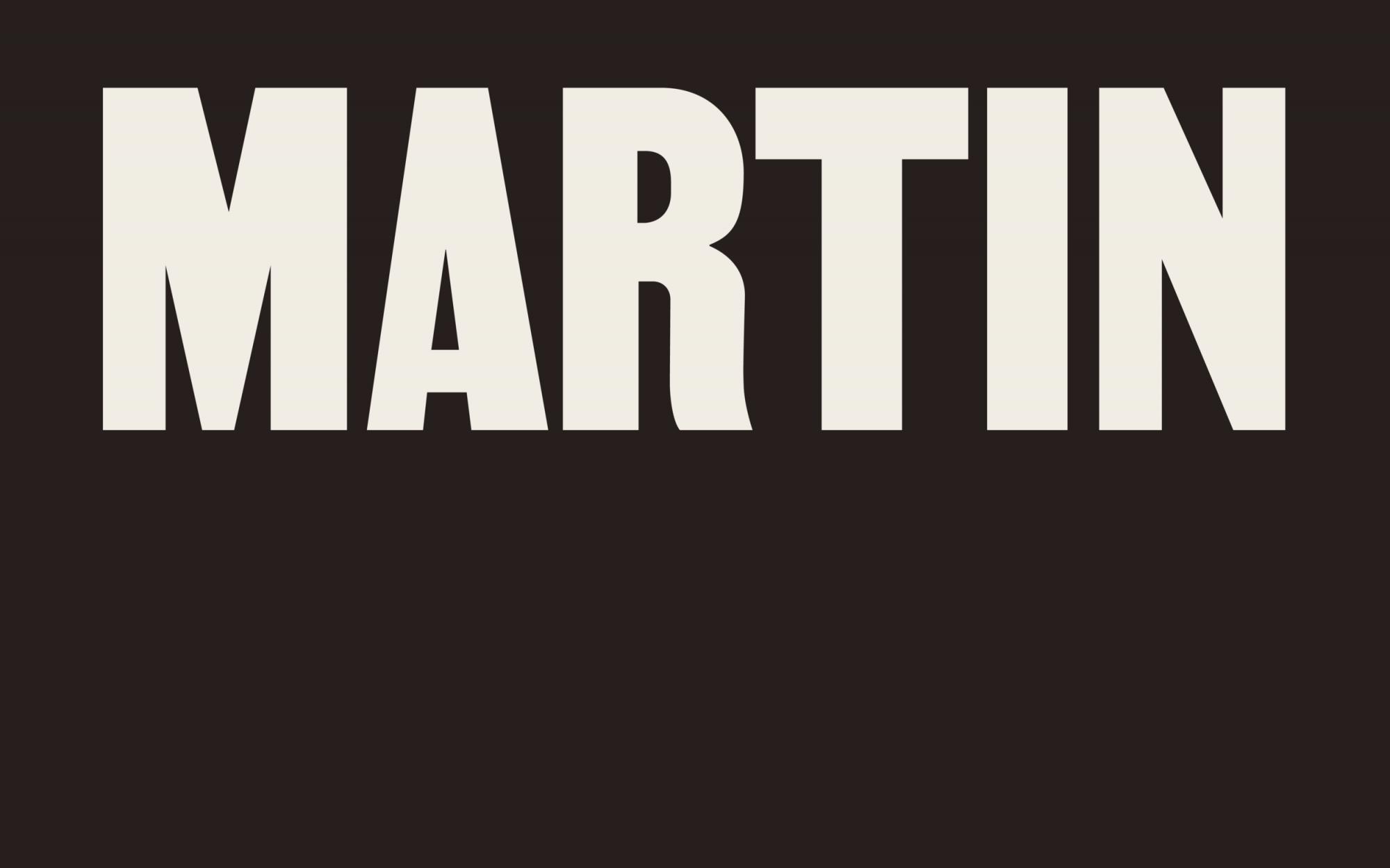 """Das Wort """"Martin"""" in weißen Großbuchstaben auf braunem Hintergrund"""