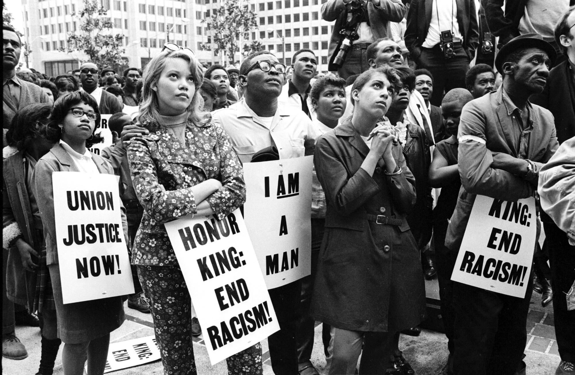 Eine Gruppe Afroamerikanischer Demonstranten mit typografischen Plakaten