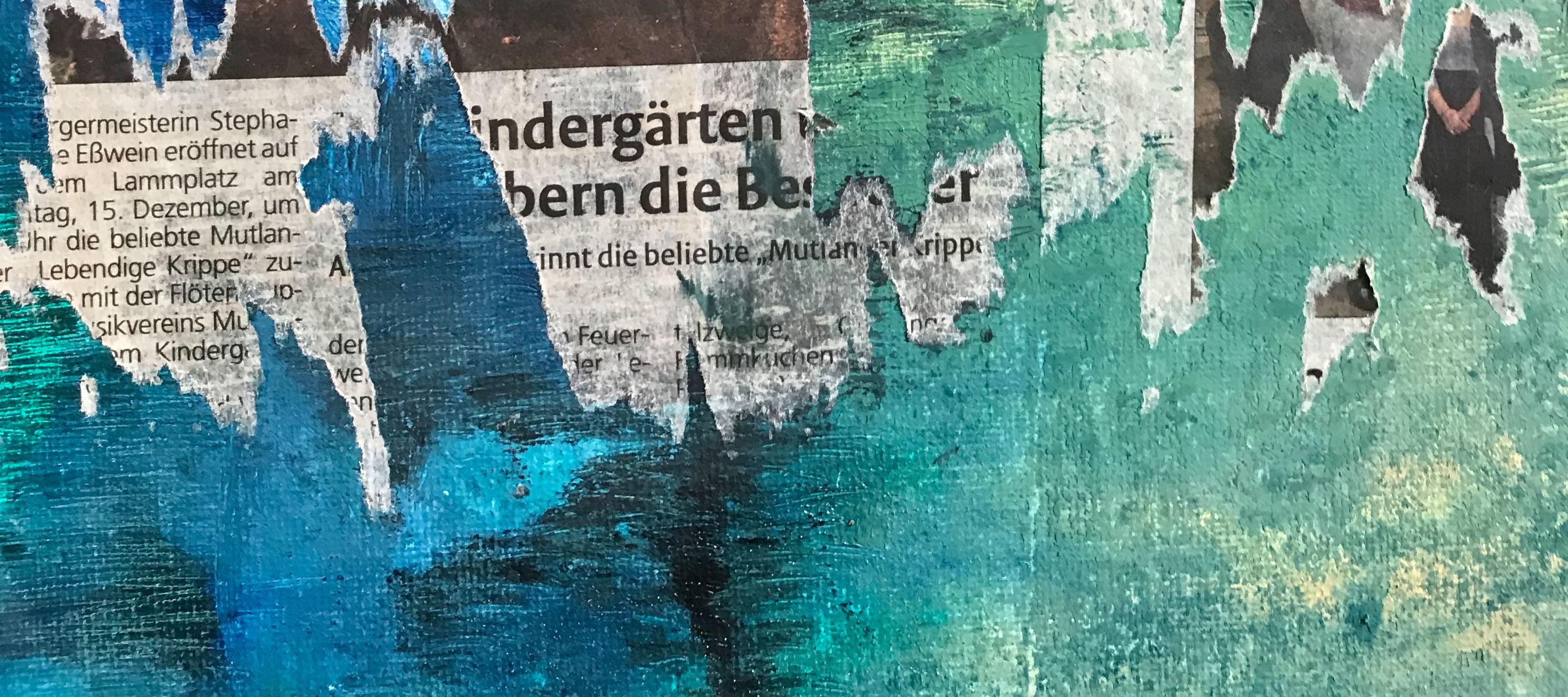Collage aus Zeitung und türkis grün-blauen angerissenem Papier