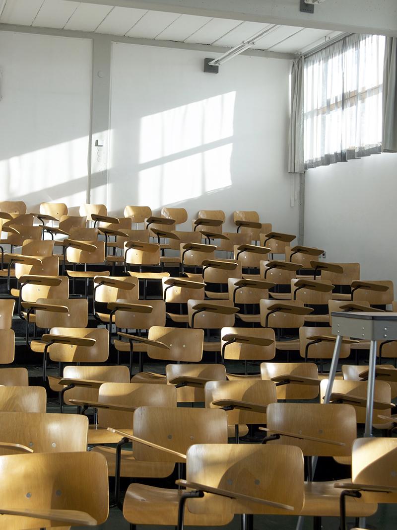 nach schräg oben laufendes Klassenzimmer mit Stuhlreihen
