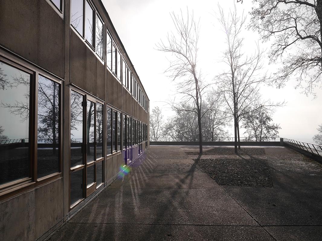 Braunes Gebäude mit Fensterfront