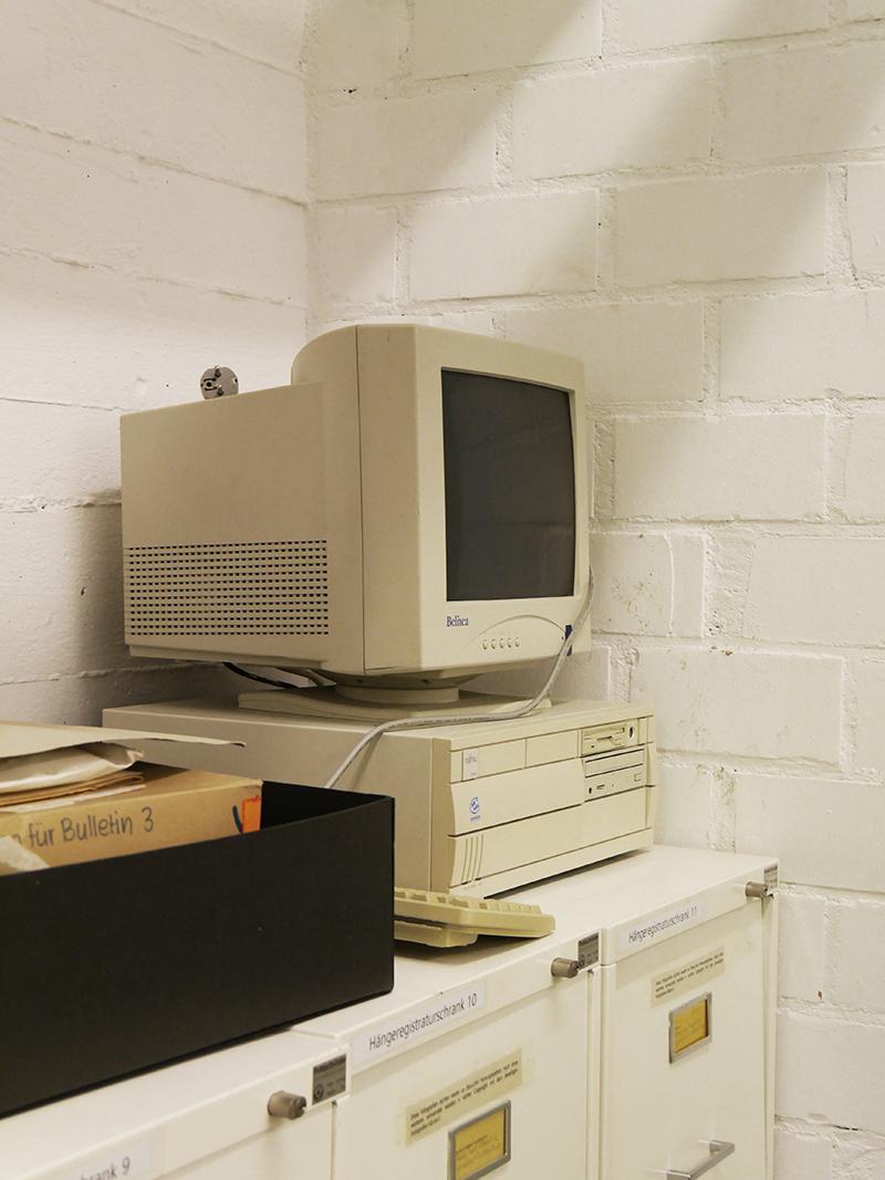 Alter Computer in der Ecke eines Raumes