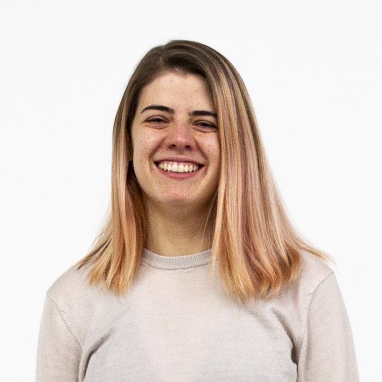 Portrait einer lachenden Erasmusstudentin aus Costa Rica mit mittellangen, rosa Haaren vor weißem Hintergrund