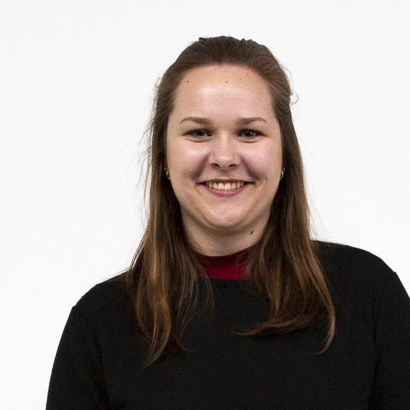 Portrait einer lächelnden Studentin mit mittellangen, braunen Haaren vor weißem Hintergrund